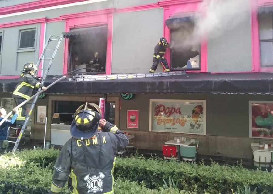 Bomberos controlan incendio en cafetería de la Zona Rosa