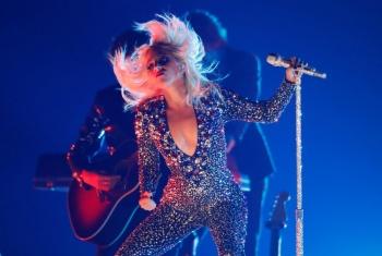 Lady Gaga cae del escenario durante concierto en Las Vegas
