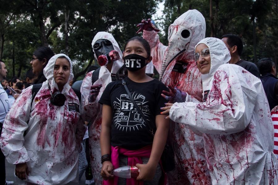 Por Desfile de Alebrijes y Marcha Zombie, cierran Paseo de la Reforma