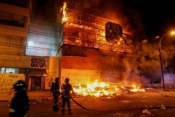 Protestas en Chile dejan tres muertos en un supermercado incendiado