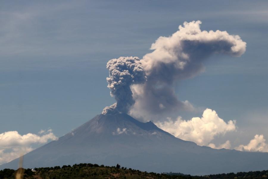 Registra Popocatépetl explosión moderada con fragmentos incandescentes