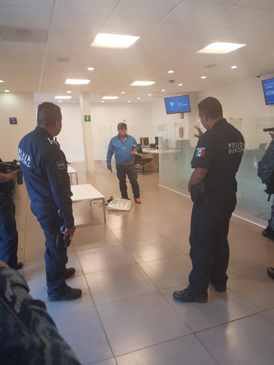 En un banco, hombre amenaza con explosivo, toma rehenes y lo abaten