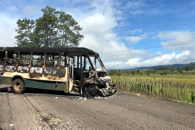 Realizan narcobloqueos en carreteras de Michoacán