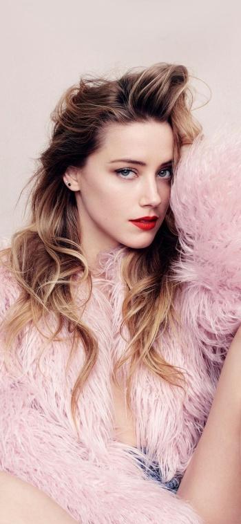 Amber Heard reclama el derecho a desnudarse con la misma libertad que su amigo Jason Momoa