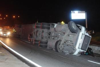 Volcó un trailer con 20 toneladas de detergente en la México-Querétaro