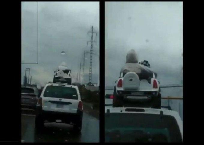 Papás son captados cuando llevan en el techo de una camioneta a sus hijos
