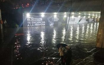 Genera fuerte lluvia encharcamientos en Tlapan