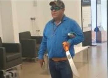 Matan a hombre que entró a banco con machete y arma