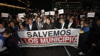 Lanzan gas a alcaldes que pretendían entrar por la fuerza a Palacio Nacional
