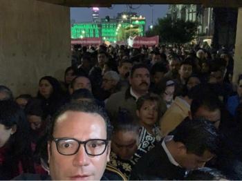 ¡Ya apareció! Xavier Nava anda de porro acarreado en protesta en palacio nacional