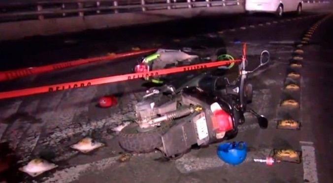 Muere motociclista al caer del segundo piso de Periférico
