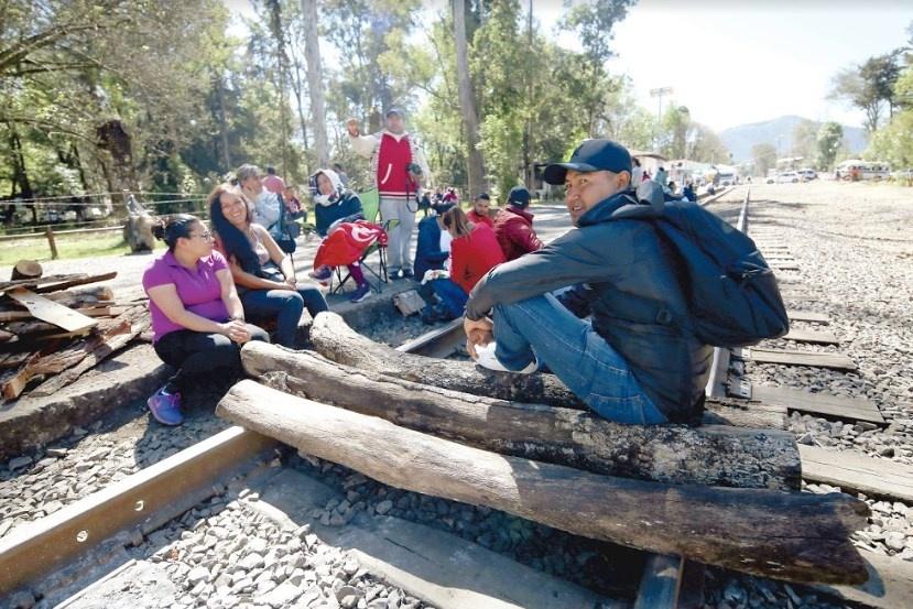 Normalistas dejan 8 trenes varados en Michoacán