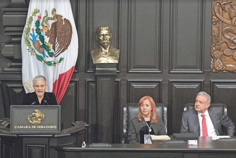"""Dan medalla a Rosario Ibarra y se la """"encarga"""" al Presidente"""