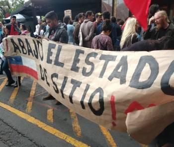 Manifestantes se congregan en la embajada de Chile en México