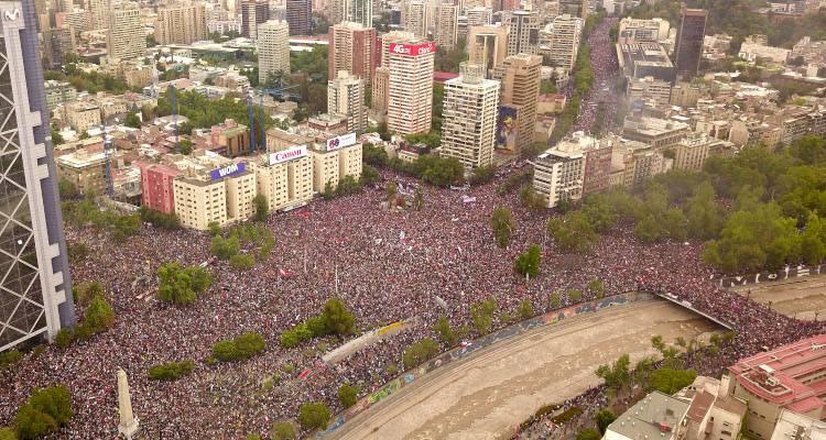 Manifestantes se concentran en la Plaza Italia, de Santiago de Chile