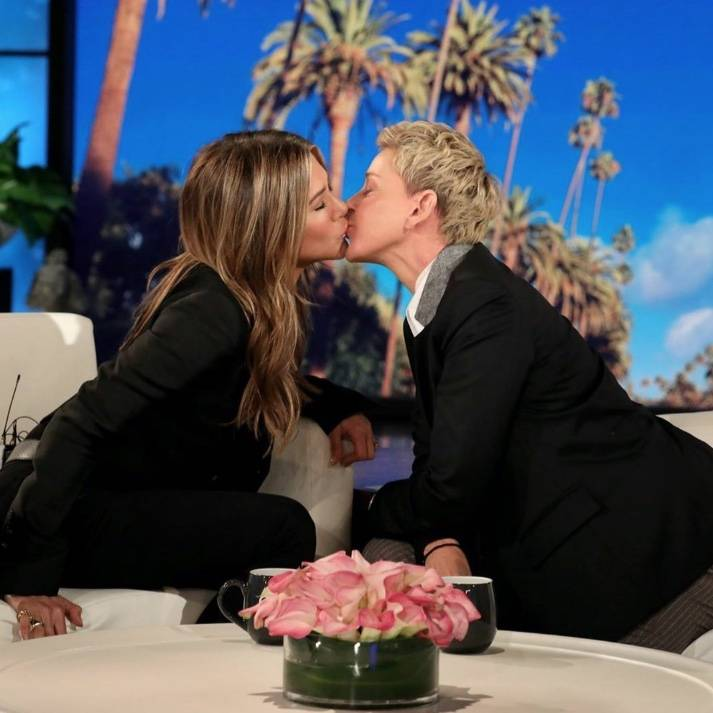 Jennifer Aniston y Ellen DeGeneres se besan durante programa
