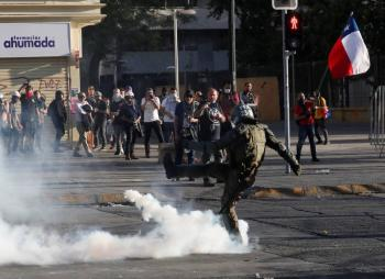 Con gases lacrimógenos dispersan a manifestantes en Chile