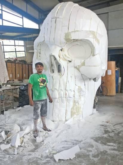 Artistas en el Faro de Oriente crean cráneos gigantes, pero sin sueldo