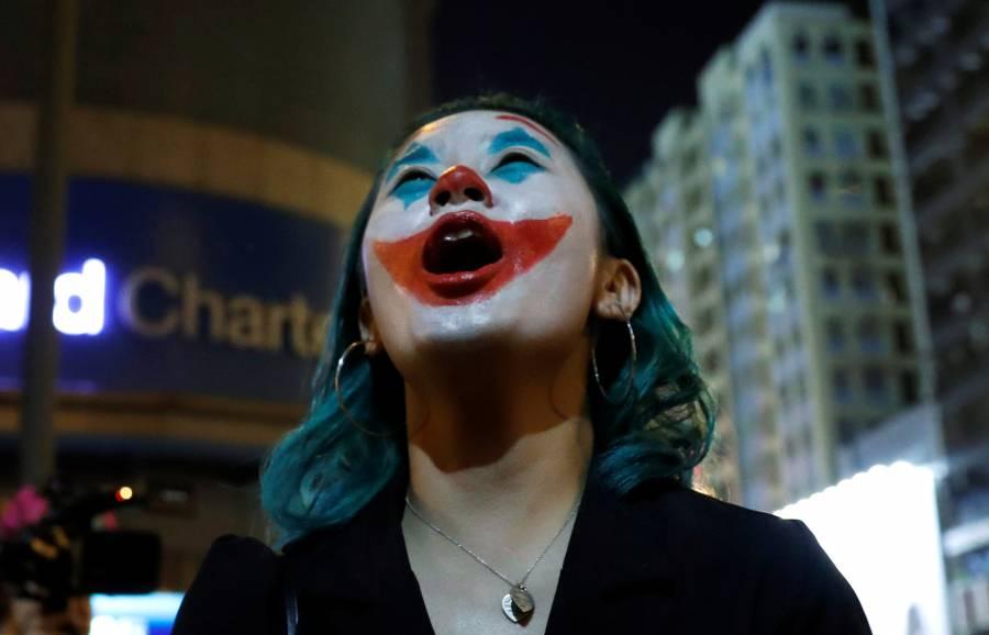 Con máscaras de el Joker, manifestantes protestan en Hong Kong