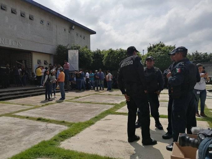 Custodios protestan en Penal de Atlacholoaya