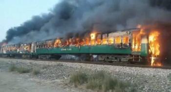 VIDEO: Incendio de tren en Pakistán cobra la vida de más de 60 personas