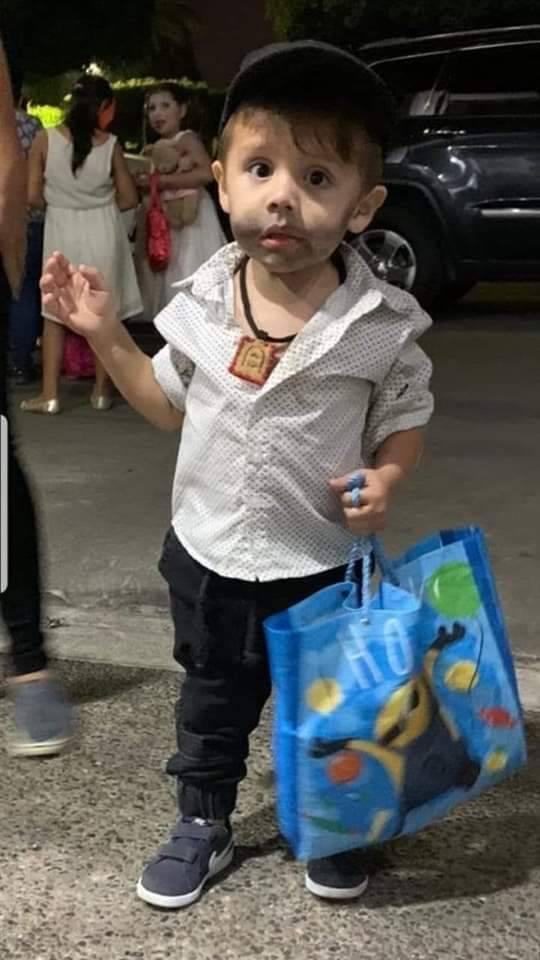 Vestido de Ovidio Guzmán, pequeño sale a pedir Halloween