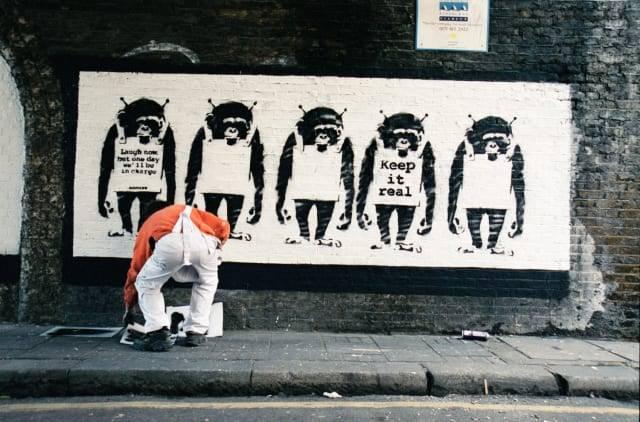 Revelan las primeras fotos de Banksy, el misterioso artista callejero