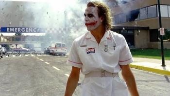 "Niña causa sensación tras recrear escena del ""Joker"" en clínica del IMSS"
