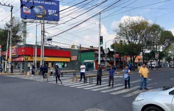 Comerciantes y vecinos bloquean avenida por obras inconclusas en Azcapotzalco