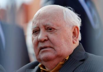 Llama Gorbachov al mundo a poner fin a la carrera de armas nucleares