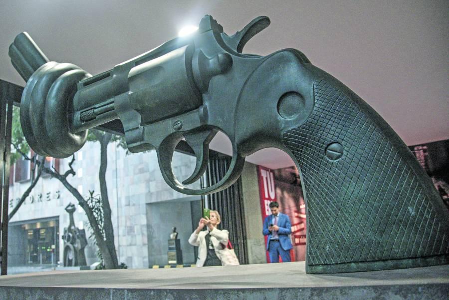 Exhiben réplica de La pistola anudada en CDMX