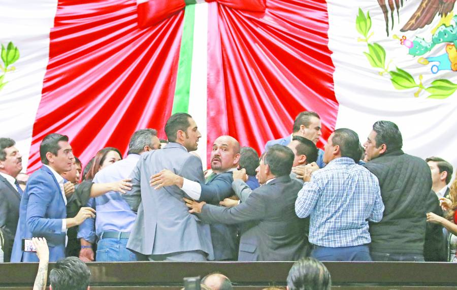 """Jaloneos en San Lázaro entre Morena y PAN por """"Ley Nieto"""""""