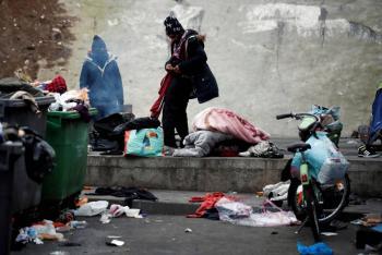 Desaloja Francia dos campamentos de migrantes en París