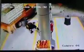 Atropella a despachador para no pagar gasolina