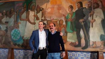 Se abrazan descendientes de Hernán Cortes y Moctezuma II, a 500 años de la Conquista