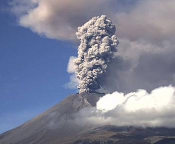 Volcán Popocatépetl lanza fumarola de 2 km
