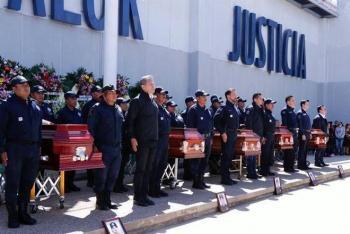 De rabia y dolor lloran policías de Oaxaca el asesinato de cinco compañeros