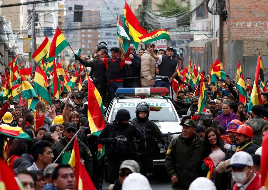 Celebran ciudadanos bolivianos la renuncia de Evo Morales en las calles