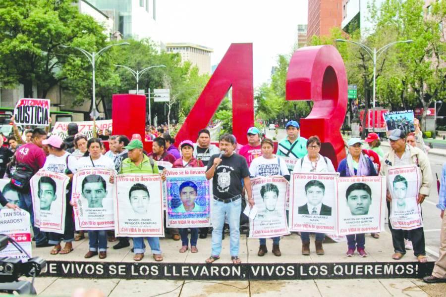 Padres exigen que se busque con vida a los 43 normalistas desaparecidos