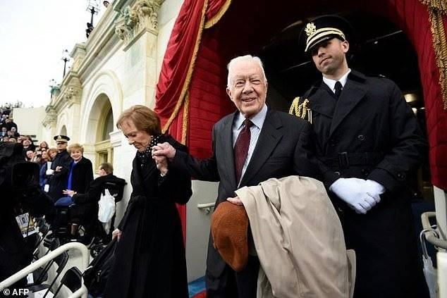 Hospitalizan a ex presidente Jimmy Carter para aliviar hemorragia causada por caídas recientes