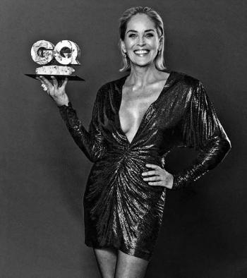 Sharon Stone recre épica pose de Bajos Instintos.