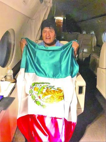 Evo Morales acepta asilo y mandan avión por él