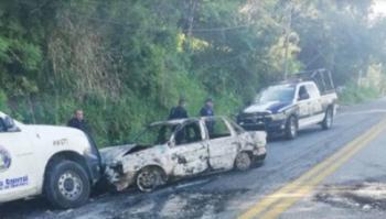 Con vehículos quemados pobladores cierran carretera Acapulco-Chilpancingo