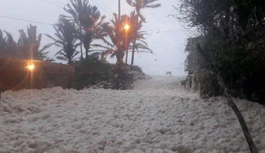 [Video] Espuma de mar inunda las calles en poblado de Tabasco
