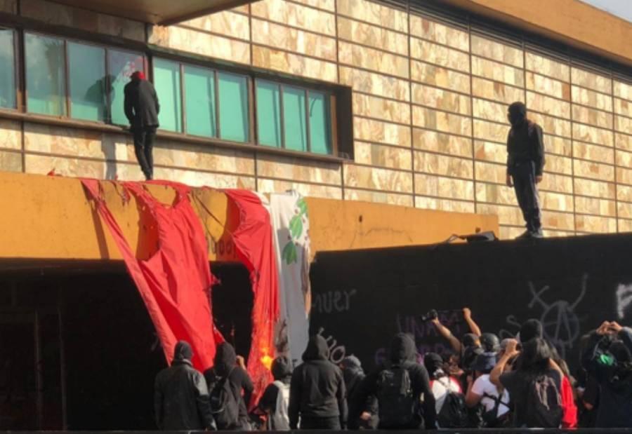 Encapuchados tiran la bandera de México del asta de Rectoría de la UNAM