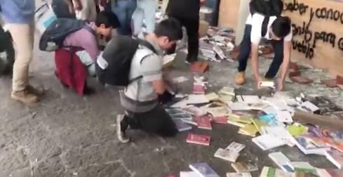 Vandalizan librería de la UNAM; alumnos regresan libros a su lugar