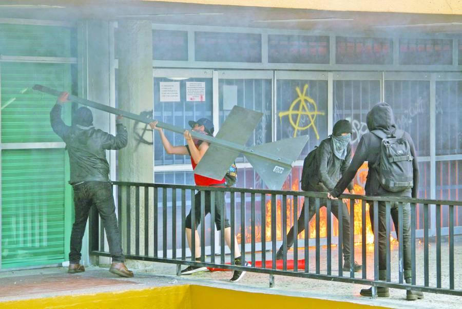 Tras marcha contra acoso, anarcos vandalizan la UNAM