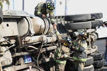 Volcadura de tráiler provoca caos vial en Insurgentes y Circuito Interior