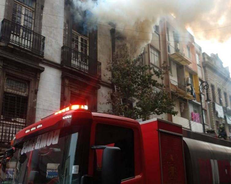 Hay dos bomberos lesionados en edificio del Centro Histórico