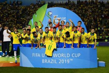 Con polémico penalti, Brasil vence a México y gana Mundial Sub 17